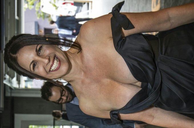 Katia Casada rabuda dando cu pro amante enquanto marido trabalha